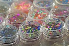 Multi покрашенные Sequins для дизайна ногтей в опарнике glitter стоковое изображение rf