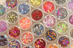 Multi покрашенные Sequins для дизайна ногтей в опарнике glitter стоковые фото
