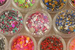 Multi покрашенные Sequins для дизайна ногтей в опарнике glitter стоковые изображения