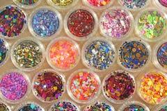 Multi покрашенные Sequins для дизайна ногтей в опарнике glitter стоковые фотографии rf