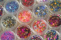 Multi покрашенные Sequins для дизайна ногтей в опарнике glitter стоковая фотография rf