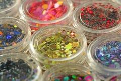 Multi покрашенные Sequins для дизайна ногтей в опарнике glitter стоковое изображение