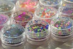 Multi покрашенные Sequins для дизайна ногтей в опарнике glitter стоковое фото