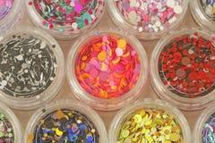 Multi покрашенные Sequins для дизайна ногтей в опарнике glitter стоковая фотография