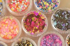 Multi покрашенные Sequins для дизайна ногтей в опарнике glitter стоковые изображения rf