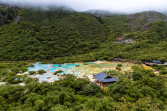 Multi покрашенный пруд в национальном парке Huanglong, Сычуань, Китае Стоковое Фото