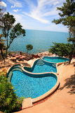 Multi ровные бассейны вида на море, loungers солнца рядом с садом и голубой океан стоковое изображение rf