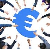 Multi руки этничности вокруг знака валюты Стоковая Фотография