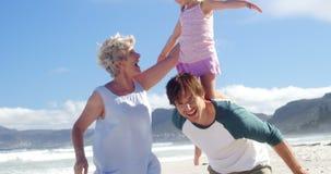 Multi семья поколения наслаждаясь на пляже сток-видео