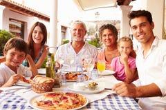 Multi семья поколения есть еду на внешнем ресторане Стоковая Фотография RF