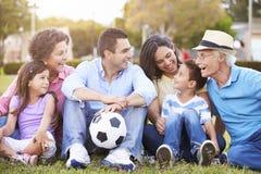 Multi семья поколения играя футбол совместно стоковые фото