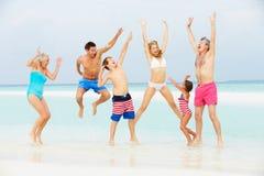 Multi семья поколения имея потеху в море на празднике пляжа Стоковая Фотография