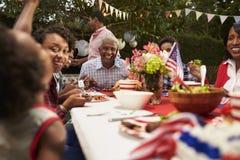 Multi семья черноты поколения на барбекю 4-ое июля, конце вверх стоковые фото