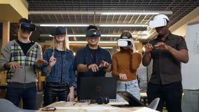 Multi этническая группа бизнесменов печатая что-то в стеклах виртуальной реальности vr во время дня работы видеоматериал