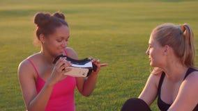 Multi этнические девушки имея потеху с шлемофоном vr Виртуальная реальность попытки подруг видеоматериал