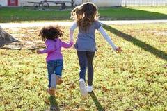 Multi этнические девушки ребенк играя бежать в парке Стоковое Фото