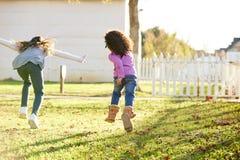 Multi этнические девушки ребенк играя бежать в парке Стоковое Изображение