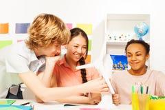 Multi этнические дети уча о возобновляющей энергии Стоковая Фотография RF