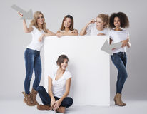 Multi этнические женщины с пустой доской Стоковые Изображения RF