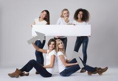 Multi этнические женщины с пустой доской Стоковая Фотография