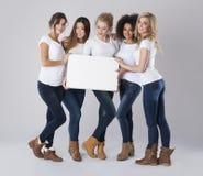 Multi этнические женщины с пустой доской Стоковое Фото