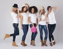 Multi этнические женщины с шляпами лета Стоковые Изображения