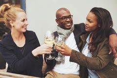 3 multi этнических друз имея полезного время работы Стоковая Фотография RF