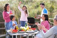 Multi семья поколения имея напольное барбекю Стоковое Фото