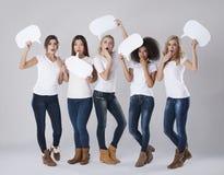 Multi этнические женщины с пузырями речи Стоковые Изображения