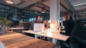 Группа в составе multi этнические предприниматели обсуждая новый проект