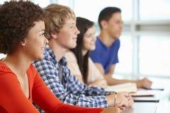 Multi allievi adolescenti razziali nella classe Fotografia Stock