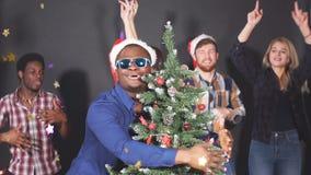 Multi amici del gruppo etnico che ballano e che si divertono alla festa di Natale Movimento lento video d archivio