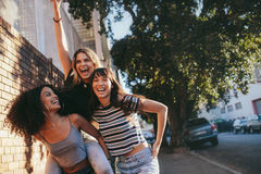 Multi amici femminili etnici all'aperto in città e nel divertiresi Fotografie Stock