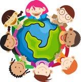 Multi bambini etnici che tengono globo Fotografia Stock
