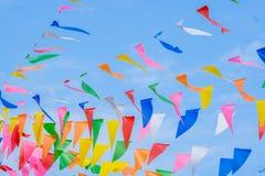 Multi bandeiras coloridas do arco-íris do partido no céu azul para a celebração Fotos de Stock