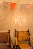 Multi bandiere colorate del triangolo che appendono partito dell'interno Fotografie Stock
