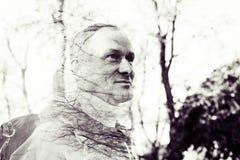 Multi Belichtungsporträt eines glücklichen Mannes mit Baumniederlassungen Lizenzfreie Stockbilder