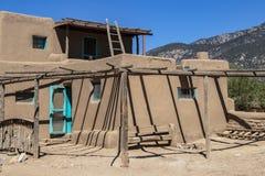 Multi-berühmte Gebäude Adobe-Schlammes im Pueblodorf, die ununterbrochen für über 1000 Jahre mit New Mexiko moun bewohnt worden s stockfotos
