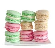 Multi bolinhos de amêndoa doces coloridos, tradicional francês, de creme, brancos Fotos de Stock