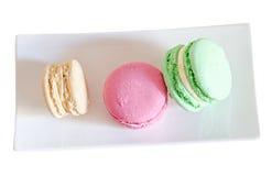 Multi bolinhos de amêndoa doces coloridos, tradicional francês, de creme, brancos Fotografia de Stock Royalty Free