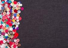 Multi botões coloridos na sarja de Nimes Foto de Stock