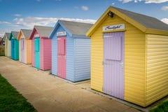 Multi cabanas coloridas numerosas da praia imagens de stock royalty free