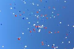 Multi-colored ballons die in vrije vlucht worden vrijgegeven royalty-vrije stock foto's