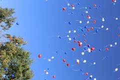 Multi-colored ballons die in vrije vlucht worden vrijgegeven stock foto's