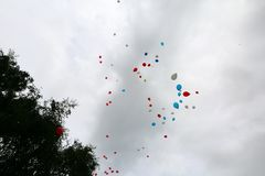 Multi-colored ballons die in vrije vlucht worden vrijgegeven royalty-vrije stock fotografie