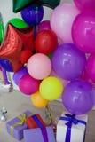 Multi-colored ballons en giften voor de vakantie Royalty-vrije Stock Afbeelding