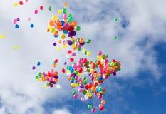Multi-colored ballons op blauwe hemel royalty-vrije stock afbeelding