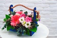 Multi-colored boeket van bloemen in een originele doos royalty-vrije stock afbeelding