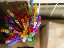 Multi-colored buisjes voor dranken Mening van hierboven stock foto's