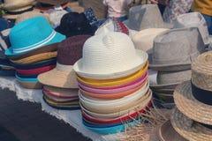 Multi-colored de zomerhoeden op de marktteller Royalty-vrije Stock Afbeelding